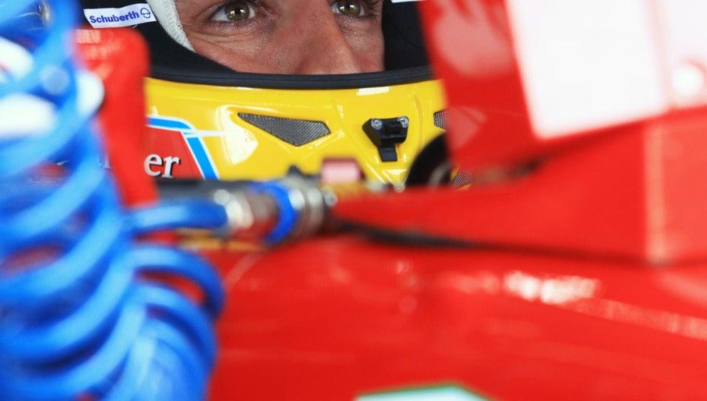 Fernando Alonso, concentrado en el box de Ferrari