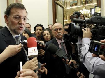El presidente del Gobierno, Mariano Rajoy, atiende a los periodistas