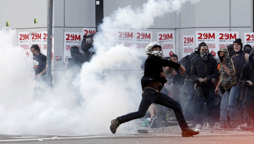 Manifestantes increpan durante los disturbios en Barcelona