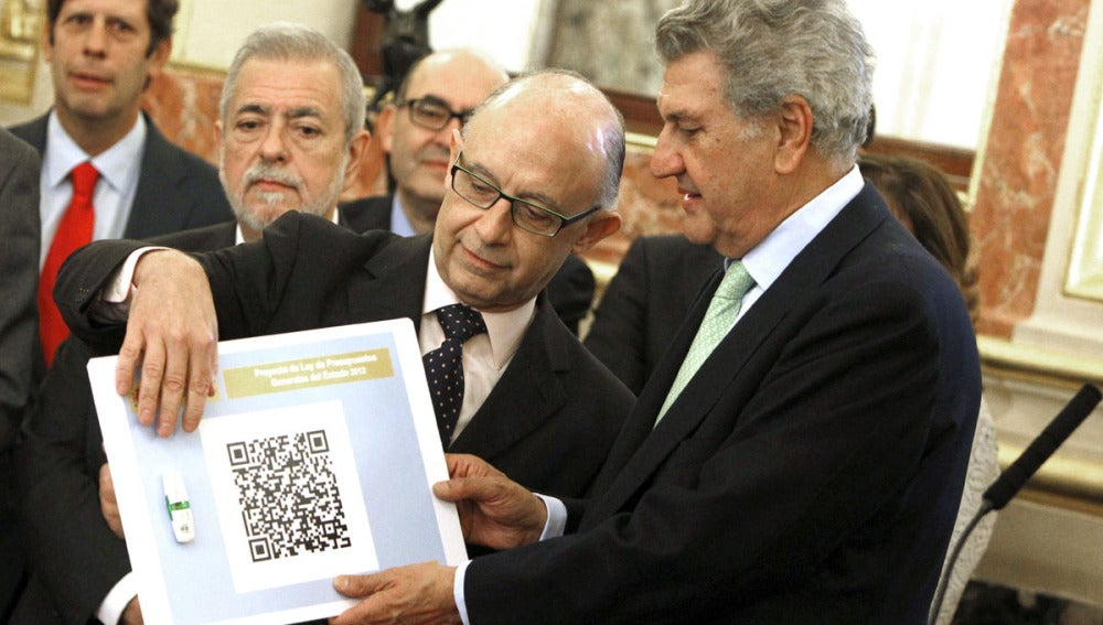 Cristóbal Montoro,  muestra al presidente del Congreso, Jesús Posada, el proyecto
