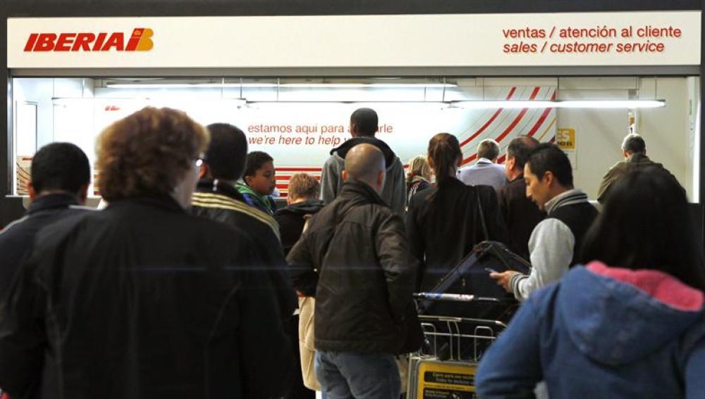 Pasajeros ante los mostradores de Iberia