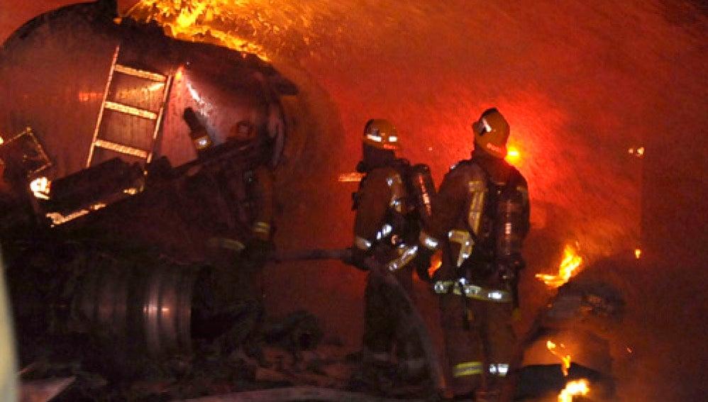 Incendio tras chocar un camión