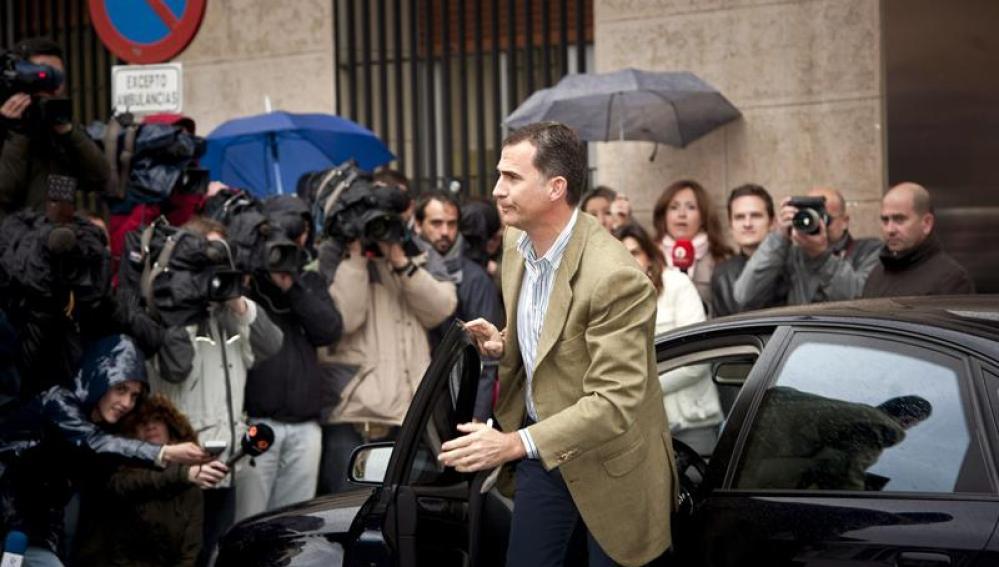 El príncipe a su llegada al Hospital San José