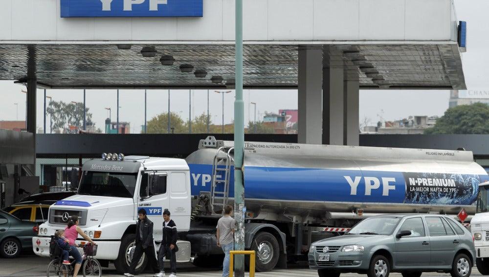 Camión cisterna de la petrolera YPF, en Buenos Aires