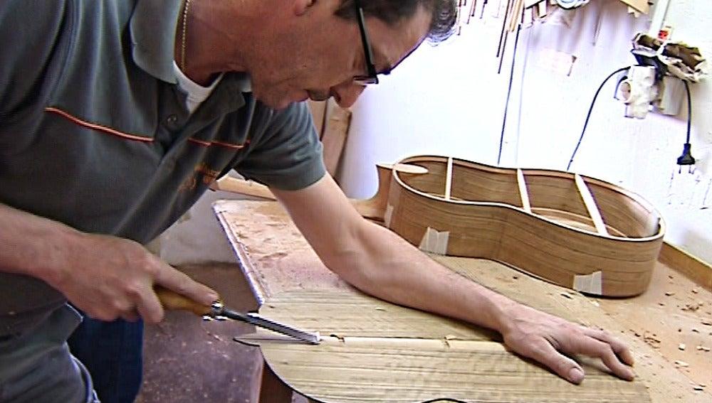 Un taller artesano de fabricación de guitarras