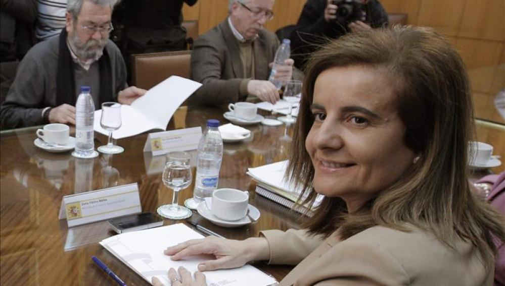 Fátima Báñez, junto a Fernández Toxo y Cándido Méndez