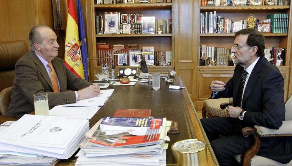 El rey Juan Carlos conversa con el presidente del Gobierno, Mariano Rajoy