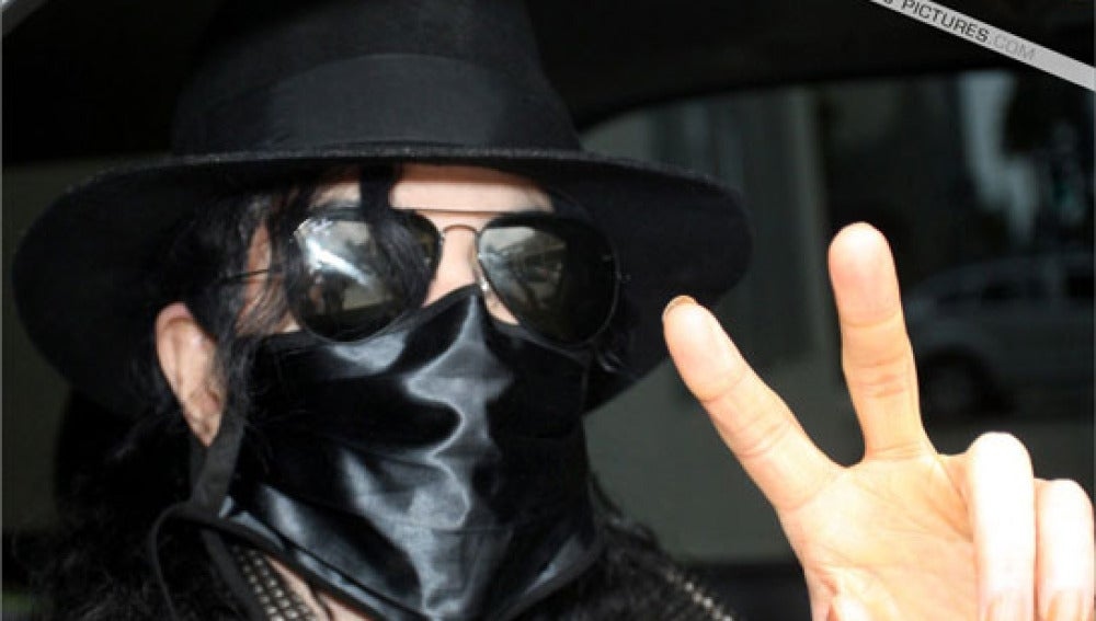 Michael Jackson con una de sus inconfundibles mascarillas