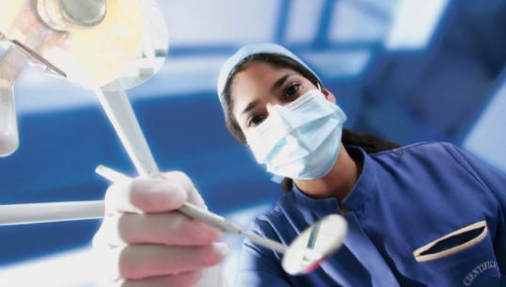 Odontóloga en su consulta