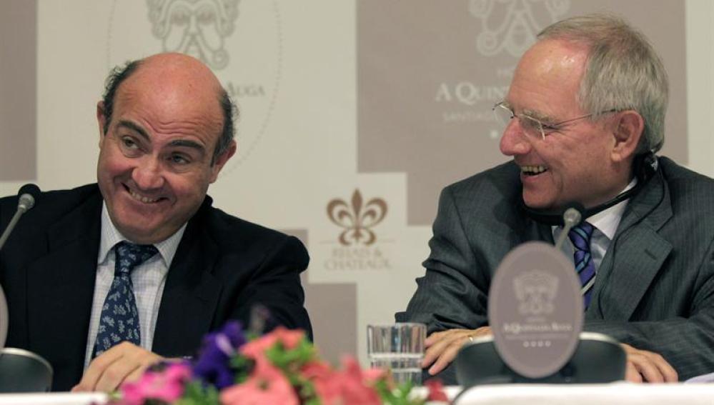 El ministro de Economía, Luis de Guindos, y el ministro alemán de Finanzas, Wolfgang Schäuble