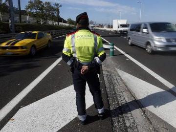 Un mosso controla una carretera de Barcelona