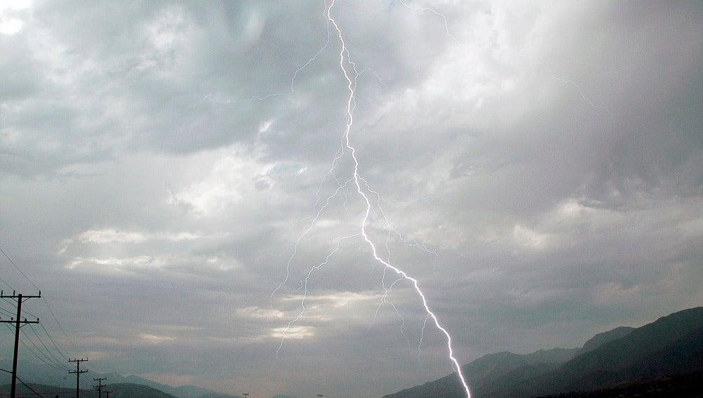 Un rayo toca tierra durante una tormenta eléctrica