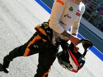 Kimi Raikkonen camina por el paddock
