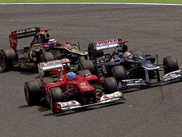 Alonso y Maldonado en la salida del GP de España
