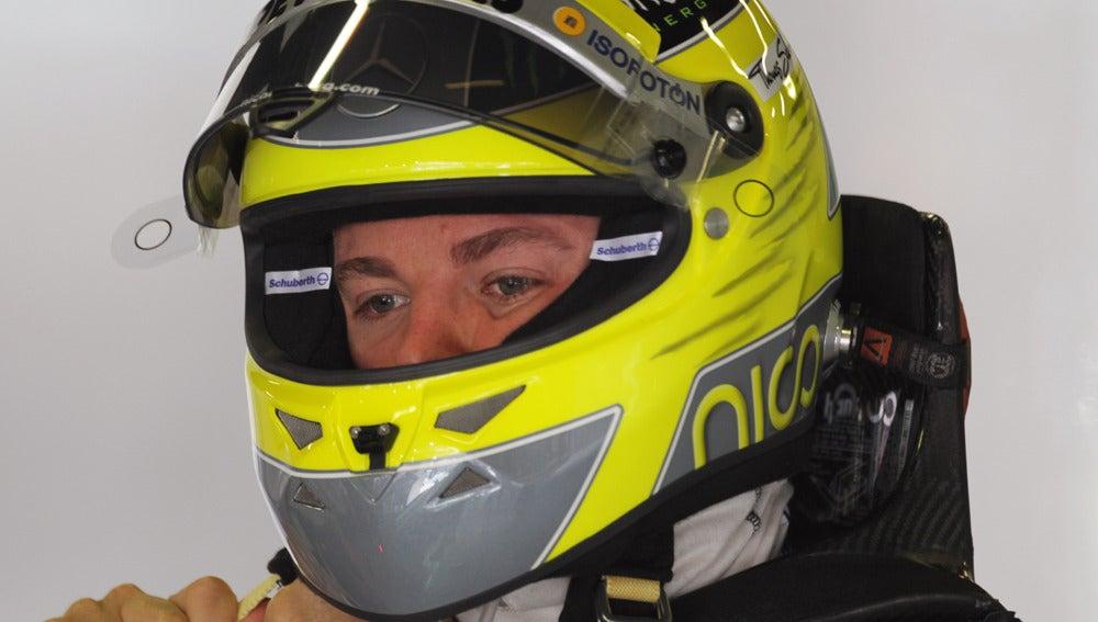 Nico Rosberg se coloca el casco