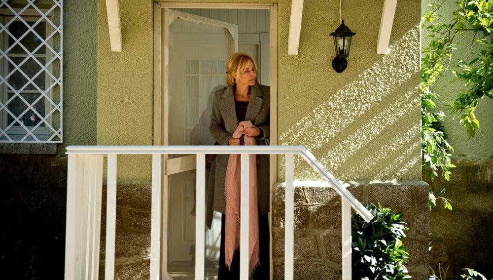 Sara en la puerta de su casa