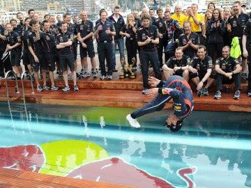 Mark Webber lo festeja en la piscina