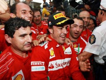Alonso festeja el podio en Mónaco