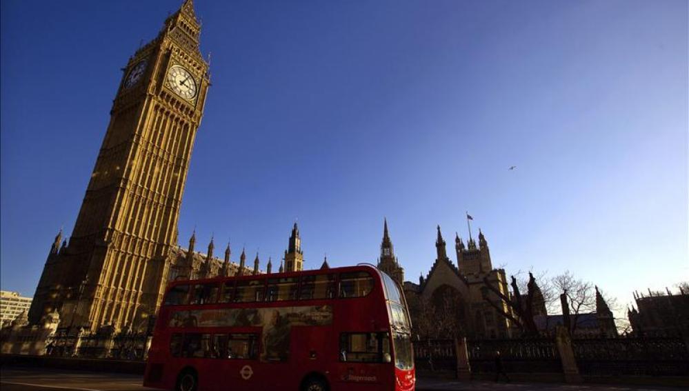Un típico autobús inglés pasa por delante del Big Ben