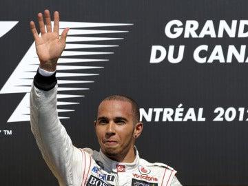 Hamilton saluda desde el podio