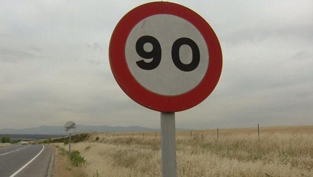 Cartel de velocidad máxima en una carretera secundaria