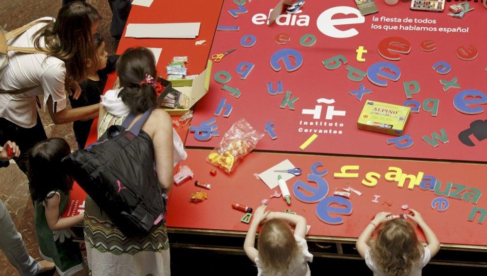 Un grupo de niños juega con palabras en el instituto Cervantes