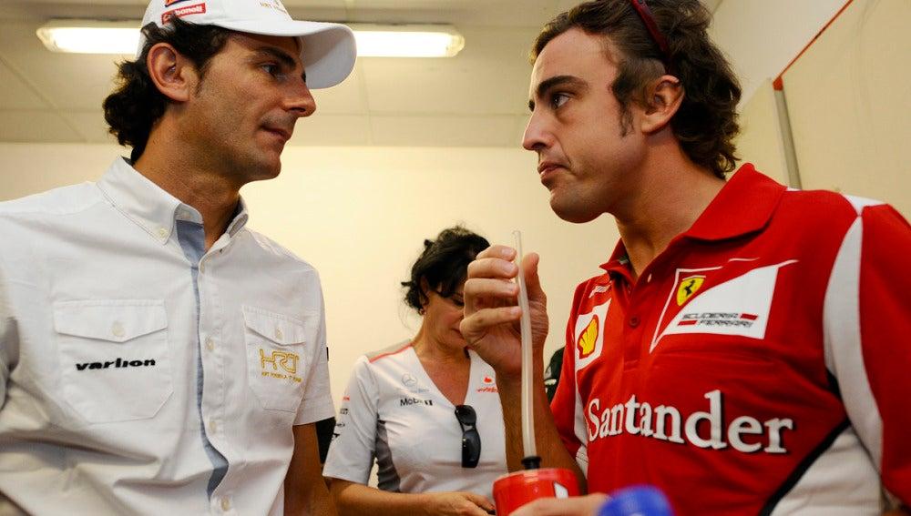 De la Rosa charla con Alonso en Valencia