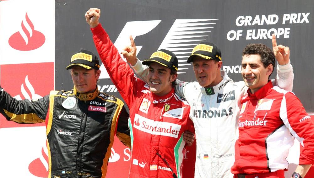 Los campeones en el podio