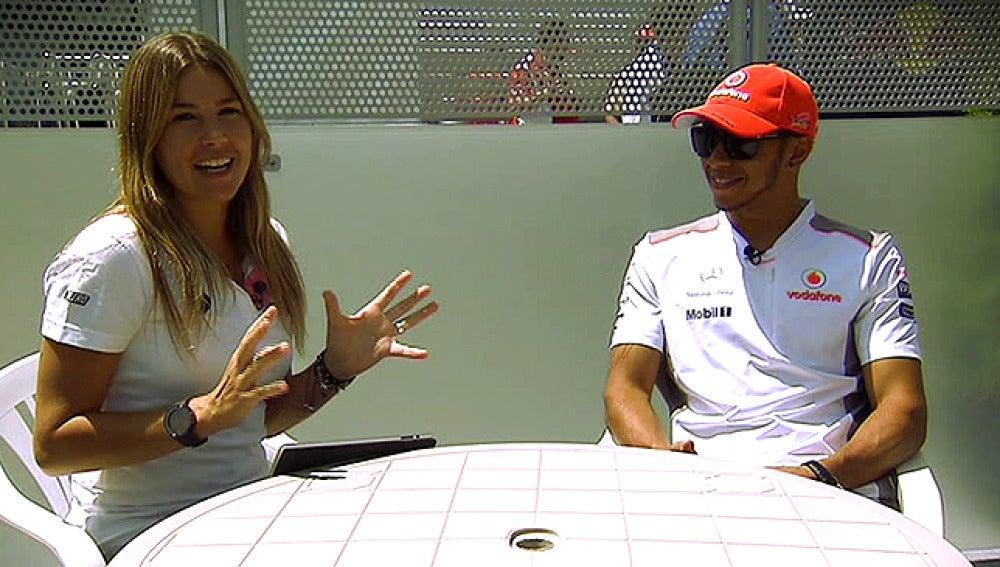 Nira Juanco y Lewis Hamilton