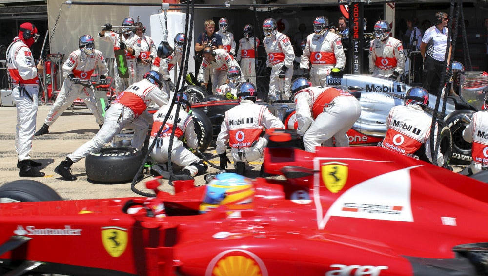 Alonso pasa a Hamilton en el pit lane