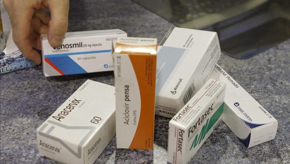 Imagen de varios medicamentos en una farmacia