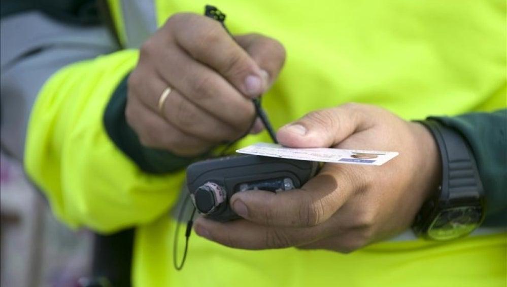 Guardia Civil con prueba de alcoholemia