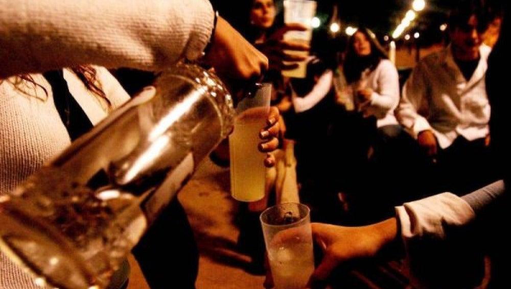 Jóvenes consumiendo alcohol