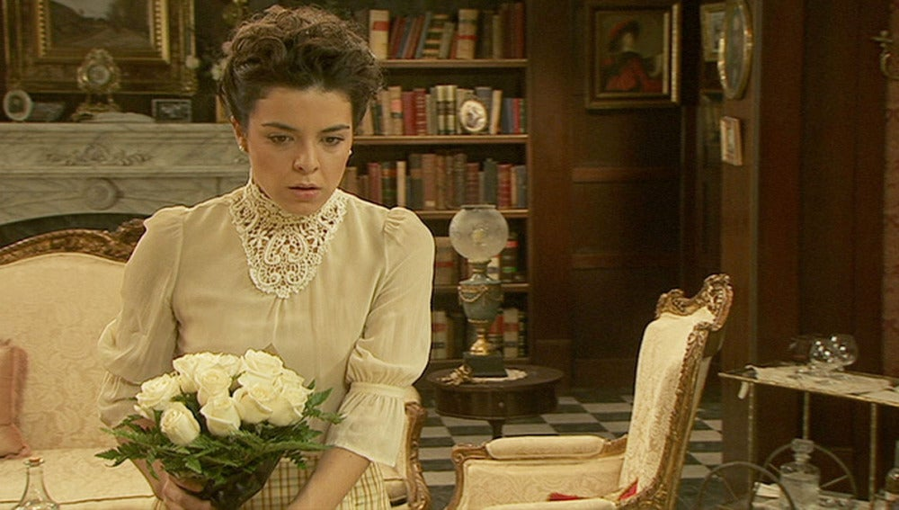 Gregoria recibe el ramo de flores blancas