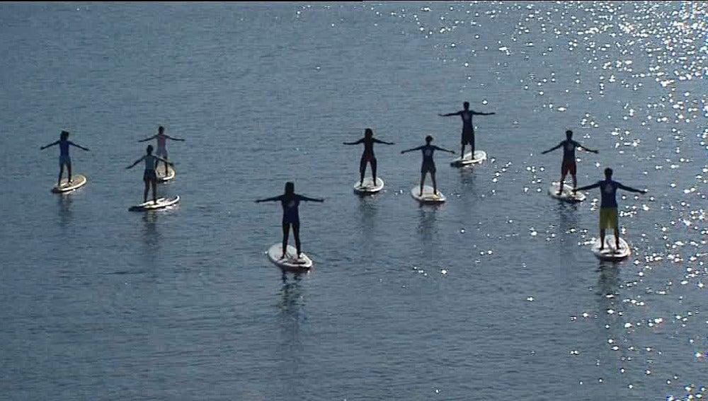 Un grupo practica yoga-surf