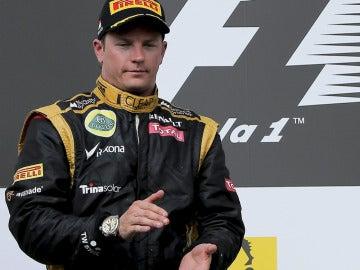 Kimi aplaude en el podio