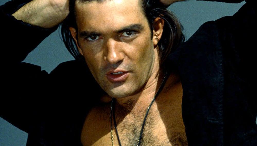 Antonio Banderas es todo un 'latin lover' de pelo en pecho