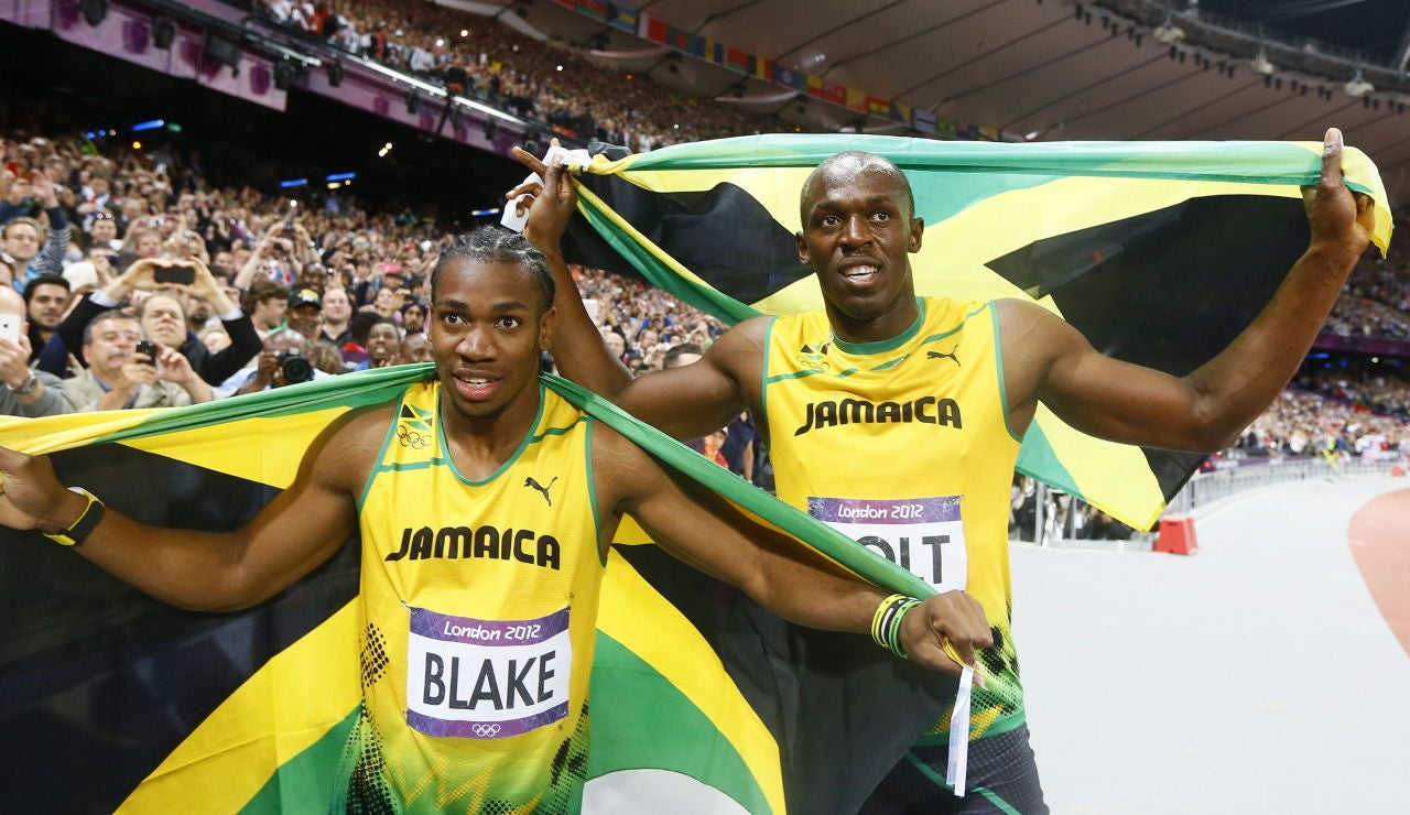 Usain Bolt y Yohan Blake, con la bandera de Jamaica