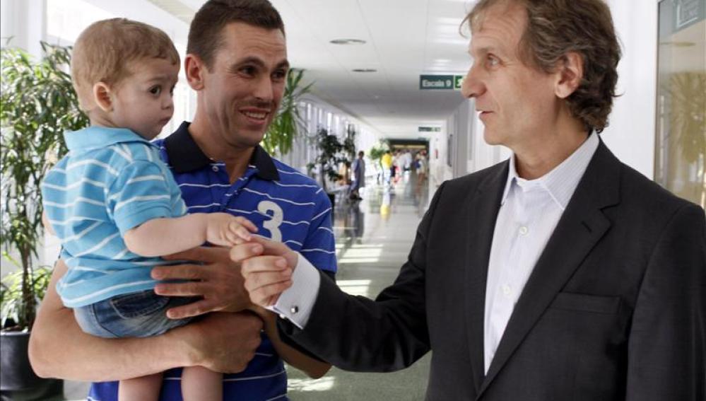 Ilías da la mano al jefe de Urología del Hospital Clínic de Barcelona