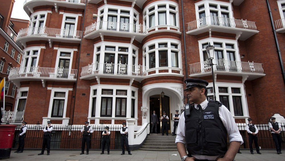 Julien Assange permanece en la embajada de Ecuador