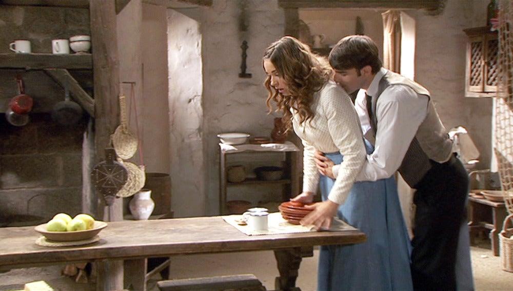 Antonio hace ver a Mariana que no tiene nada que temer.