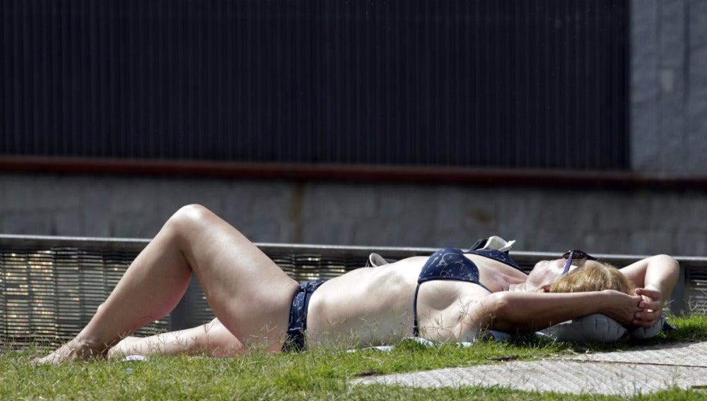 Una mujer toma el sol en bikini