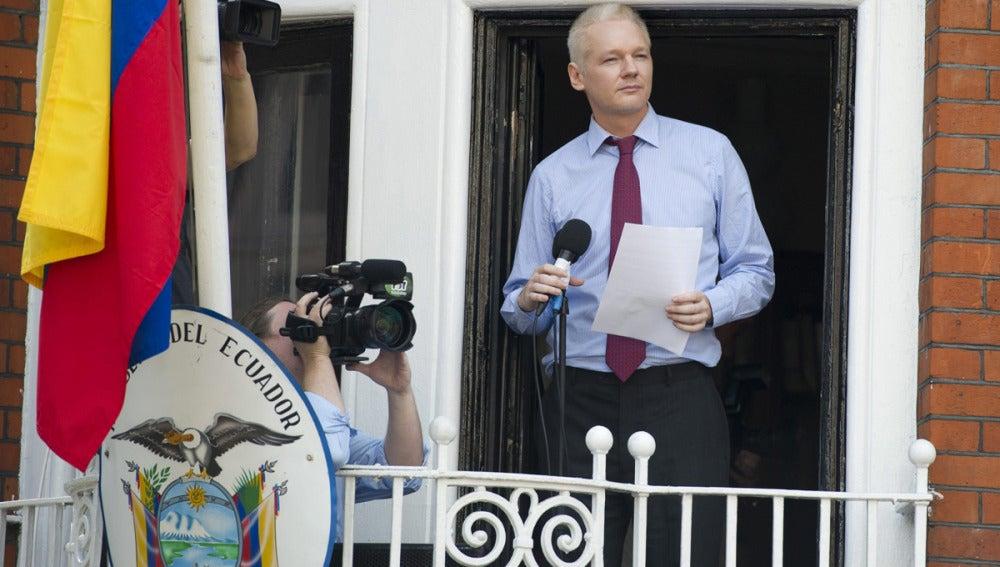 El fundador de WikiLeaks, Julian Assange, se dirige a los medios desde un balcón de la embajada de Ecuador