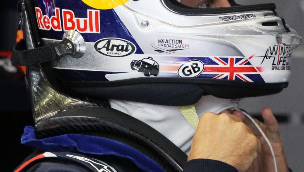 Vettel se coloca el casco