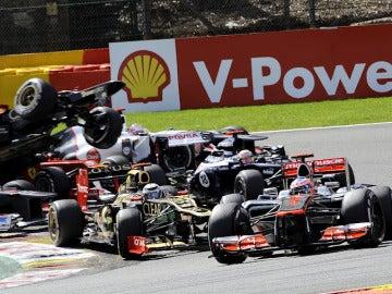 Grosjean pasa por encima de Alonso en la primera curva de Spa