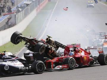 Fernando arrollado por Grosjean