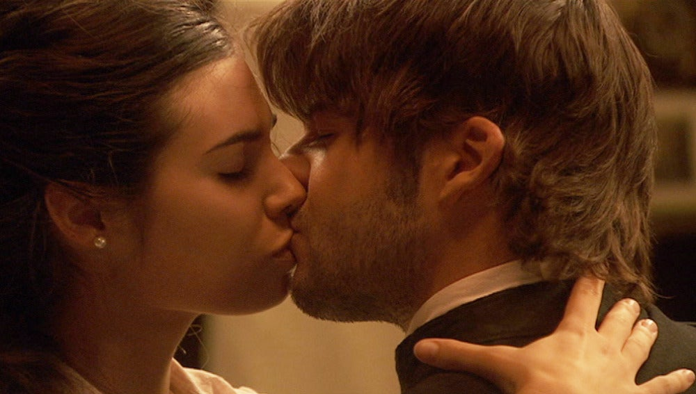 Gonzalo y María se besan