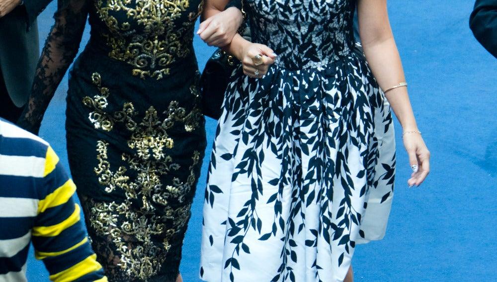 Selena y Vanessa como dos divas por la alfombra azul