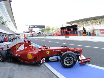 Alonso sale al pit lane