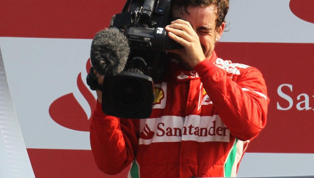 Alonso graba a los 'tifosi' con una cámara
